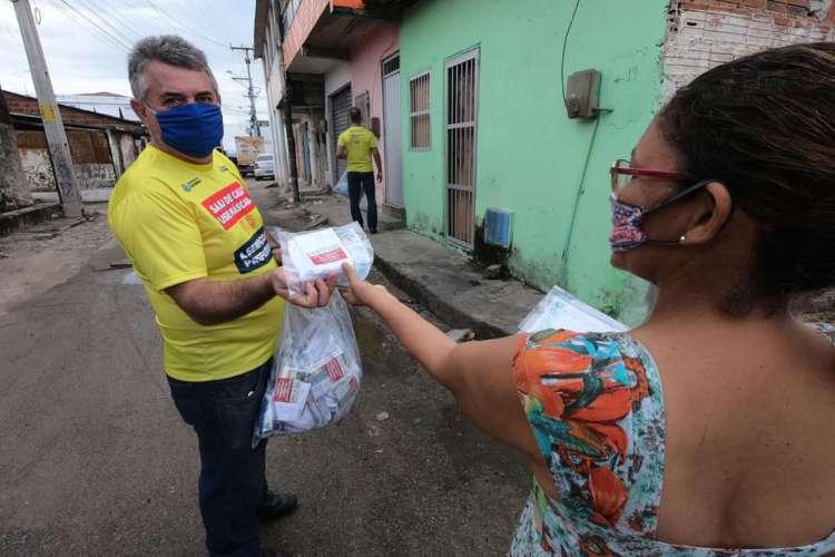 Entrega de 5 mil máscaras de tecido para a população da comunidade Serviluz, no bairro Cais do Porto (Regional II). A ação, que faz parte do Projetos Todos com Máscara. Foto: Fábio Lima (Foto: Foto: Fábio Lima)