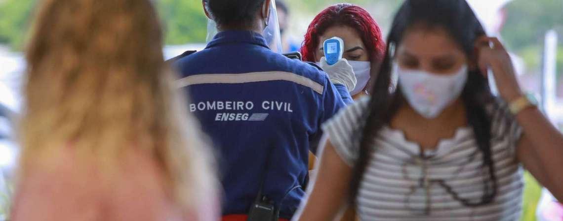 Novas rotinas em Fortaleza com a volta de atividades econômicas em meio à pandemia de novo coronavírus (Foto: FCO FONTENELE)