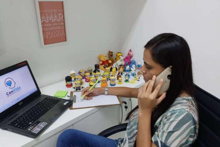 A psicóloga Márcia Linhares é uma dos 71 profissionais voluntários da Rede em atendimento  (Foto: Divulgação)