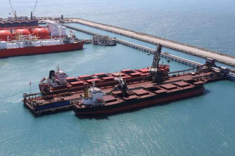 Vista aérea de navios graneleiros atracados no terminal de cargas do Complexo Industrial e Portuário do Pecém, no Ceará.. (Foto: FÁBIO LIMA )