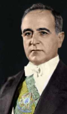 A Intentona Comunista foi derrotada, mas serviu de pretexto para o Estado Novo em 1937, quando Vargas assumiu a verve autoritária e atribuiu a si poderes de ditador