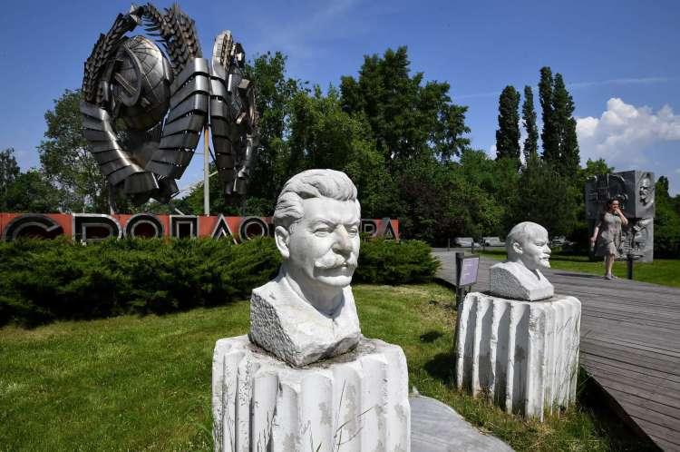 A controvérsia sobre a figura de Stálin se estende a todo seu legado. Hoje, é difícil encontrar estátuas do tirano nos grandes centros urbanos. Na imagem, a estátua de Stálin no Museu Parque das Artes, em Moscou