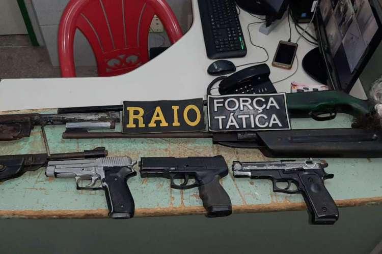 Armas foram apreendidas pela Polícia Militar após assalto a uma residência no Porto das Dunas (Foto: Foto: Ascom Polícia Militar)