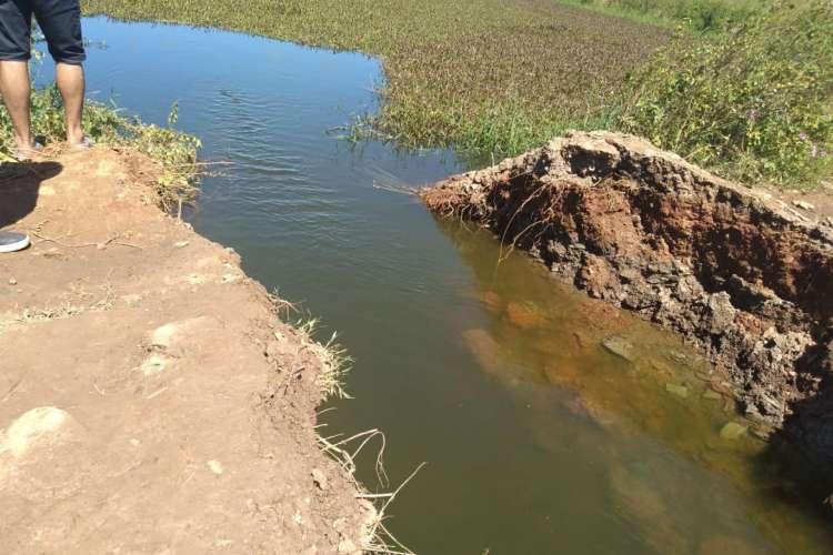 Moradores romperam um dique do açude Orós para transferir água para o reservatório Lima Campos, em Icó (Foto: DIVULGAÇÃO/ Comitê do Alto Jaguaribe)