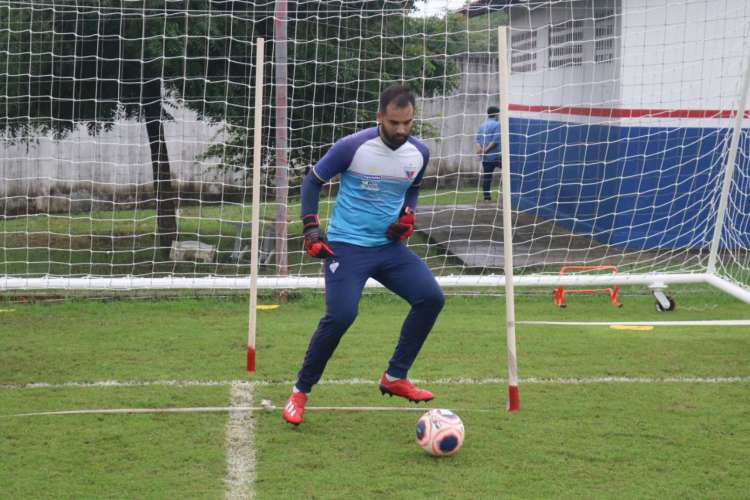 Max Wallef, que está há onze anos no Fortaleza, segue a tendência e se adapta a jogar com os pés (Foto: Bruno Oliveira / Fortaleza )