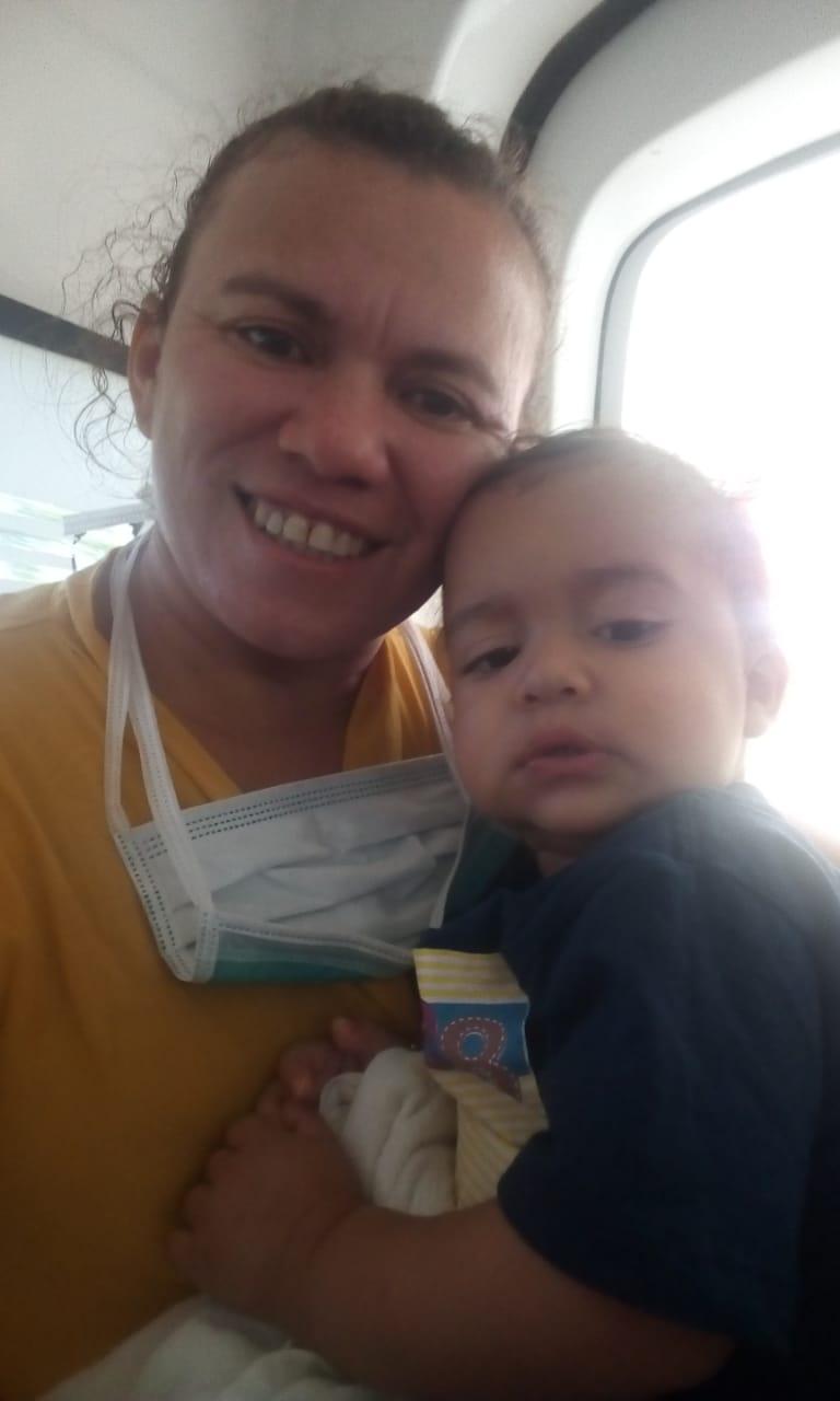 A mãe de Anthony, Maria Edilene da Costa Carneiro, 35, comemora recuperação do filho.