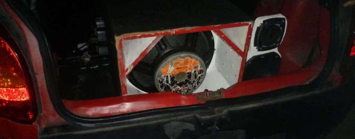 Além da apreensão do paredão de som, há aplicação de multa ao condutor do veículo