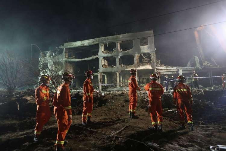 Bombeiros procuram por sobreviventes à explosão do caminhão tanque, que afetou prédios do entorno (Foto: AFP)