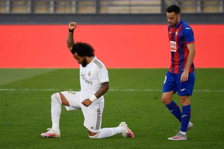 Em comemoração de gol, Marcelo fez questão de homenagear o movimento anti-racista (Foto: AFP)