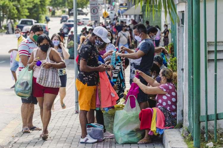 FORTALEZA, CE, BRASIL, 13-06-2020: Agolmeração de pessoas nas redondezas da Catedral da Sé de Fortaleza, e na Rua José Avelino. Em epoca de COVID-19. (Foto: Aurelio Alves/O POVO) (Foto: O POVO)