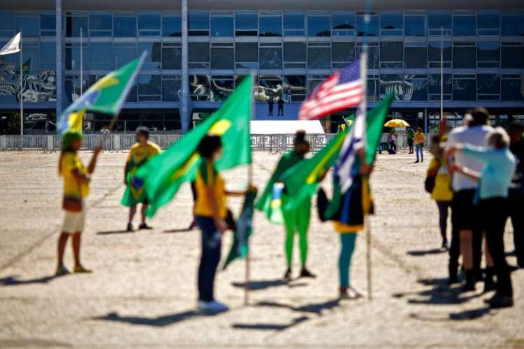 Manifestação de apoiadores do presidente Bolsonaro, em Brasília, neste domingo, 14 de junho, mesmo com decreto do governador Ibaneis Rocha proibindo os atos na região próxima ao Palácio (Foto: SÉRGIO LIMA/AFP)