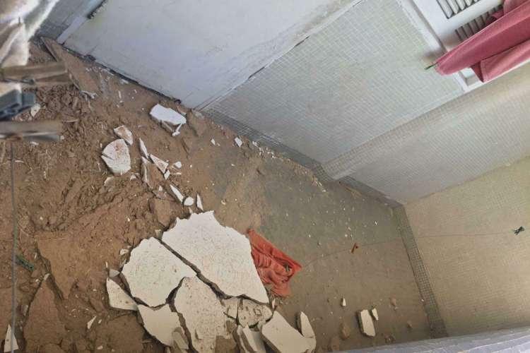Após queda de reboco do teto, estudantes relatam problemas de infraestrutura na residência universitária da UFC (Foto: WhatsApp O POVO)