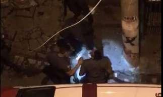 No vídeo, é possível ver o cerco policial e as agressões ao jovem, enquanto ele afirma ser