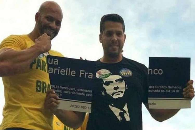 Daniel Silveira, à esquerda, ficou famoso após ajudar a quebrar placa com o nome de Marielle Franco (Foto: Reprodução/Twitter)