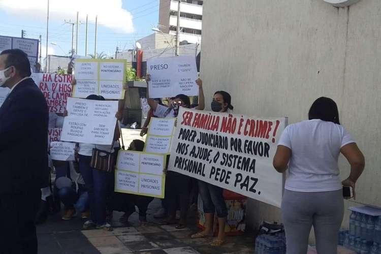 Mulheres de detentos fizeram manifestação em frente à sede da Secretaria de Administração Penitenciária. (Foto: Whatsapp O POVO) (Foto: Foto: Whatsapp O POVO)