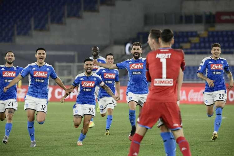 Goleiro do Napoli, Meret pegou pênalti nas penalidades  (Foto: Filippo Monteforte/AFP)