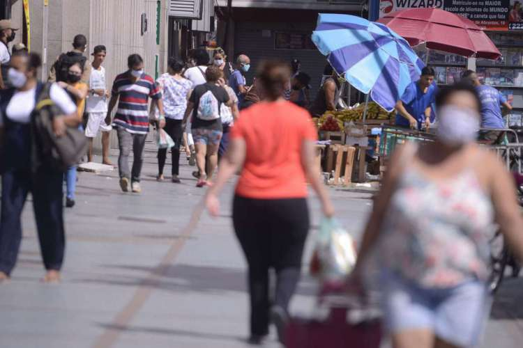 População usa máscaras nas ruas do Rio de Janeiro, desde ontem (23) a prefeitura tornou o uso obrigatório através de decreto. (Foto: Tomaz Silva/Agência Brasil)