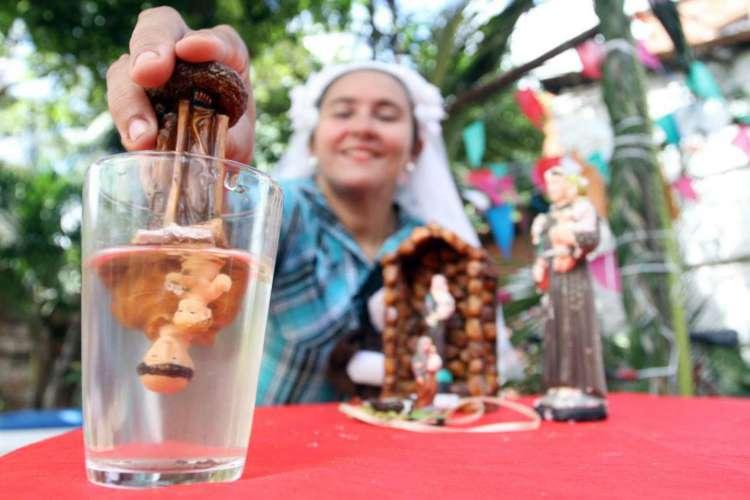 Santo Antônio de cabeça pra baixo dentro de um copo com água é parte de uma das simpatias mais populares do São João (Foto: Edimar Soares em 16-06-2015)