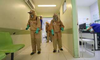 Dados de mortes e casos por coronavírus no Ceará foram divulgados na manhã de hoje. Na foto, hospital em Fortaleza é desinfeccionado pela Cruz Vermelha
