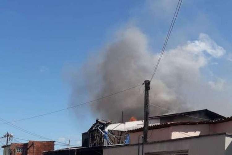 Casa na Granja Portugal pega fogo (Foto: WhatsApp O POVO)