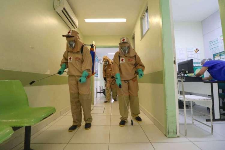Dados de mortes e casos por coronavírus no Ceará foram divulgados na manhã de hoje. Na foto, Cruz Vermelha realiza desinfecção em hospital de Fortaleza  (Foto: Fabio Lima/ O POVO)