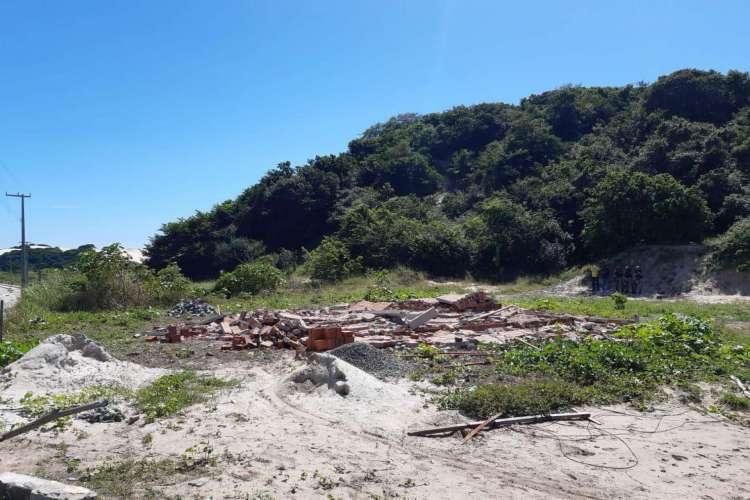 A demolição dos imóveis irregulares na Sabiaguaba aconteceu na sexta-feira, 19 (Foto: Agefis)