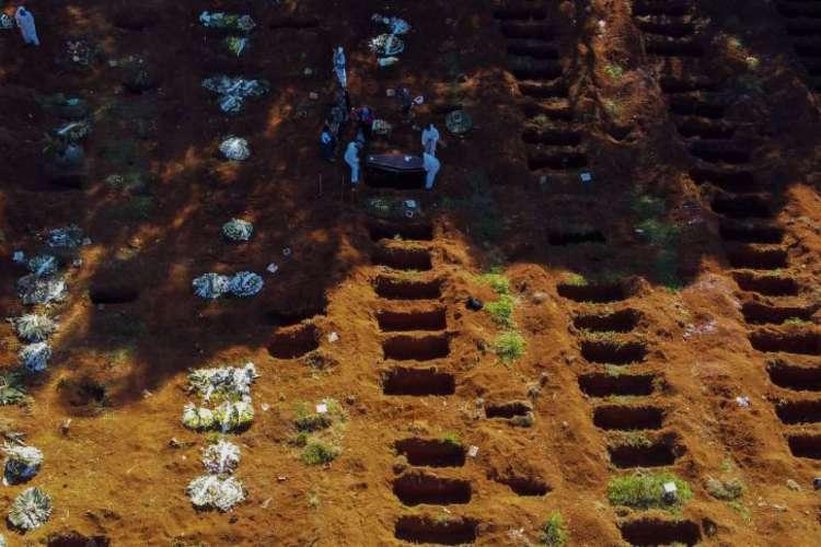 Vista aérea de um enterro no cemitério de Vila Formosa durante a pandemia de coronavírus, em São Paulo, Brasil, em junho de 2020 (Foto: Miguel SCHINCARIOL / AFP)