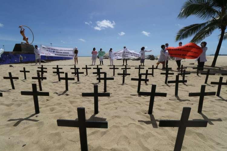 Profissionais da saúde fazem protesto na praia de Iracema em homenagem aos mortos por coronavírus no Brasil. (Foto: Fabio Lima)