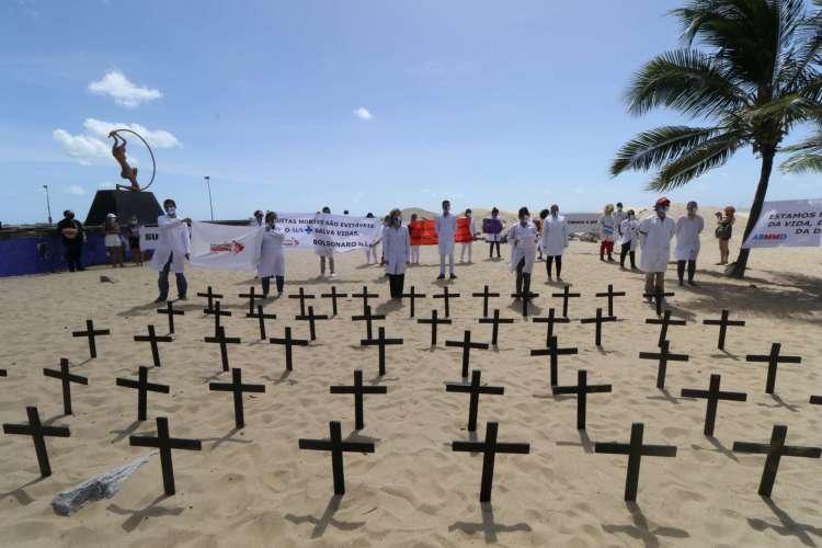 Protesto que profissionais de saúde fizeram na Praia de Iracema em relação aos mortos pelo coronavírus (Foto: Fabio Lima)