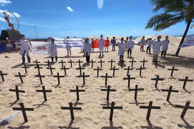Profissionais de saúde fazem protesto em Fortaleza pela vida  (Foto: Fábio Lima)