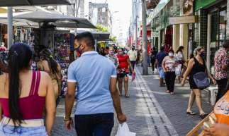 FORTALEZA, CE, BRASIL, 22.06.2020: Movimentação no centro da cidade na manhã dessa segunda-feira, no inicio da segunda fase de retomada das atividades, com restaurantes e lanchonetes abertas (Foto: Thais Mesquita/O POVO)