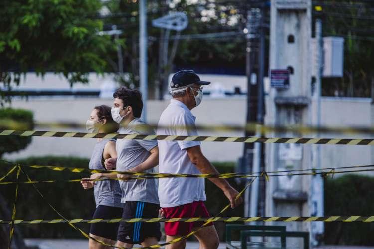 Na prática, o uso de máscaras seria necessário em espaços fechados e até os socialmente distantes (Foto: Aurelio Alves/ O POVO)