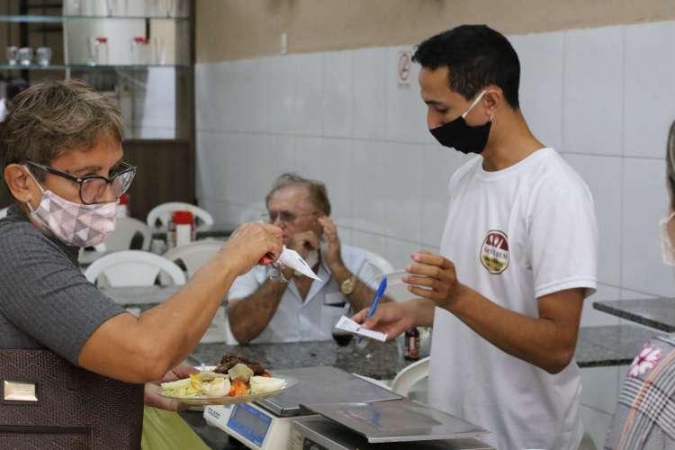 """FORTALEZA, CE, BRASIL, 22.06.2020: O subgrupo """"alimentação fora de casa"""" acelerou para 1,02% no IPCA-15 de janeiro, ante uma alta de 0,58% em dezembro (Foto: Fabio Lima)"""