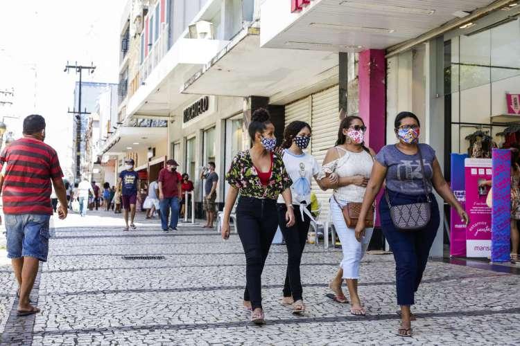 FORTALEZA, CE, BRASIL, 22.06.2020: Movimentação no centro da cidade na manhã dessa segunda-feira, no inicio da segunda fase de retomada das atividades, com restaurantes e lanchonetes abertas (Foto: Thais Mesquita/O POVO) (Foto: Thais Mesquita)