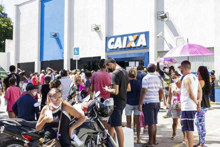 FORTALEZA, CE, BRASIL, 22.06.2020: Caixa Econômica do Siqueira após liberação da segunda parcela do auxilio emergencial (Foto: Thais Mesquita)