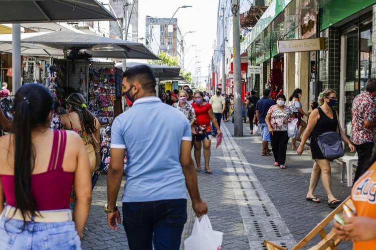 Movimentação no Centro de Fortaleza, um dos principais corredores comerciais da Capital, está sendo retomada seguindo plano de reabertura econômica. (Foto: Thais Mesquita/O POVO)