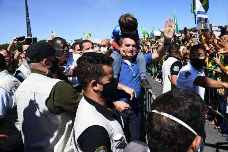 O presidente Jair Bolsonaro tem participado de manifestação em Brasília sem usar máscaras. E fez novo veto à lei das máscaras, desobrigando uso em presídios e unidades socioeducativas  (Foto: EVARISTO SA / AFP)