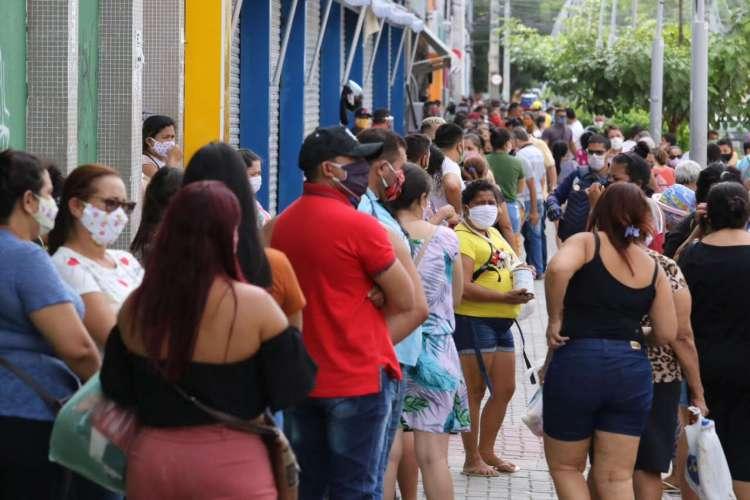 Ambulantes e consumidores desrespeitam decreto de isolamento. (Foto: Fábio Lima/O POVO)