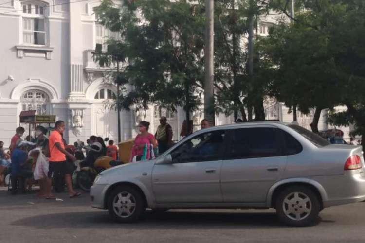 Pessoas em frente ao prédio da Sefaz nesta quinta-feira, 25 (Foto: Claudio Ribeiro)
