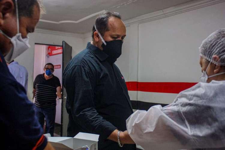 Presidente Newton Filho, junto de outras pessoas da diretoria, fizeram os testes  (Foto: Lenílson Santos/Ferroviário)