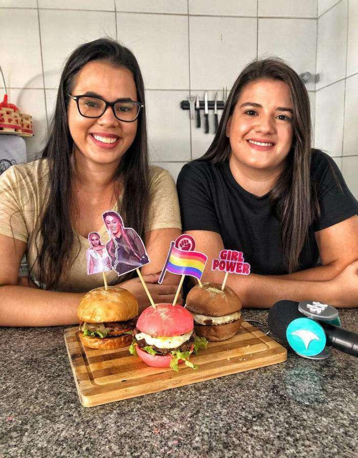 Vitória e Marília criaram hamburgueria com referências pop e orgulho da cultura LGBT   (Foto: divulgação)