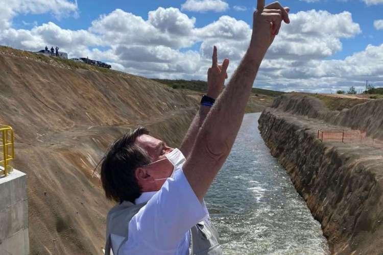 Bolsonaro após acionar comporta do Eixo Norte da transposição, que leva água do rio São Francisco ao Ceará (Foto: REPRODUÇÃO/TWITTER JAIR BOLSONARO)