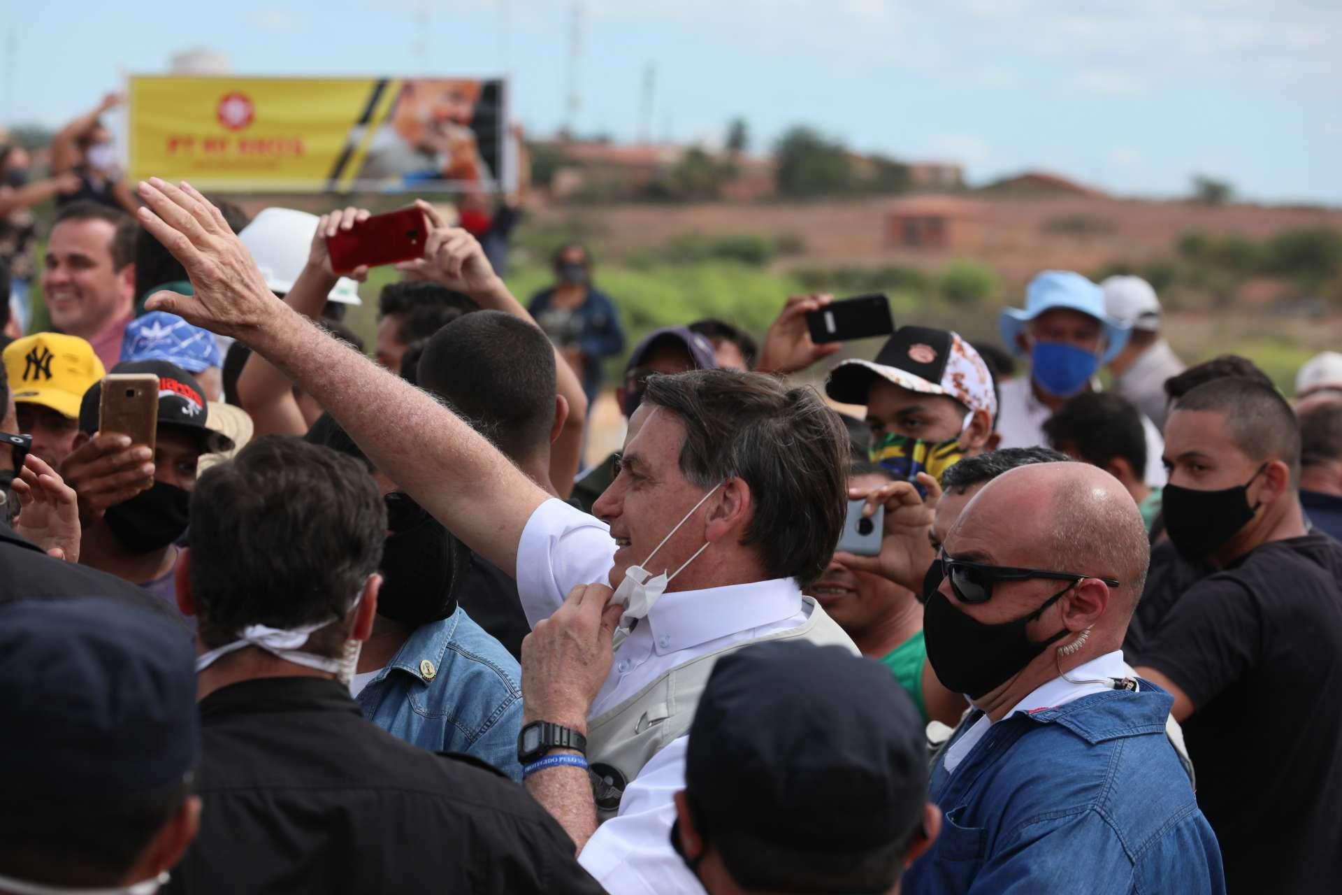 Em Penaforte, no Ceará, 11 dias atrás, Bolsonaro tirou máscara algumas vezes no meio da multidão. Torcida é para que ele não estivesse contaminado ainda