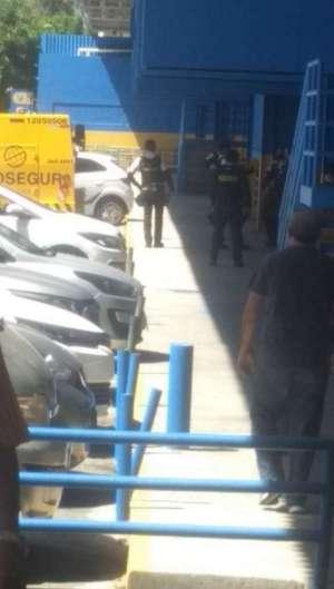 O carro-forte estava no supermercado quando foi abordado pelos assaltantes (Foto: LEITOR VIA WHATSAPP)