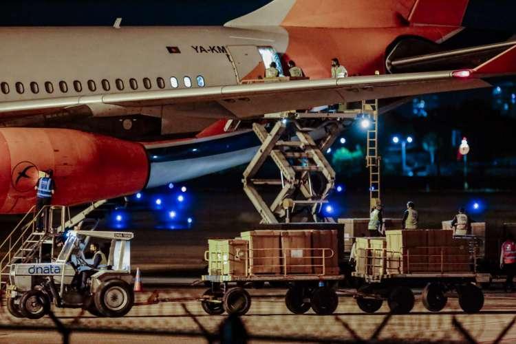 CARGA de respiradores chegou ontem ao Aeroporto Pinto Martins (Foto: AURéLIO ALVES)