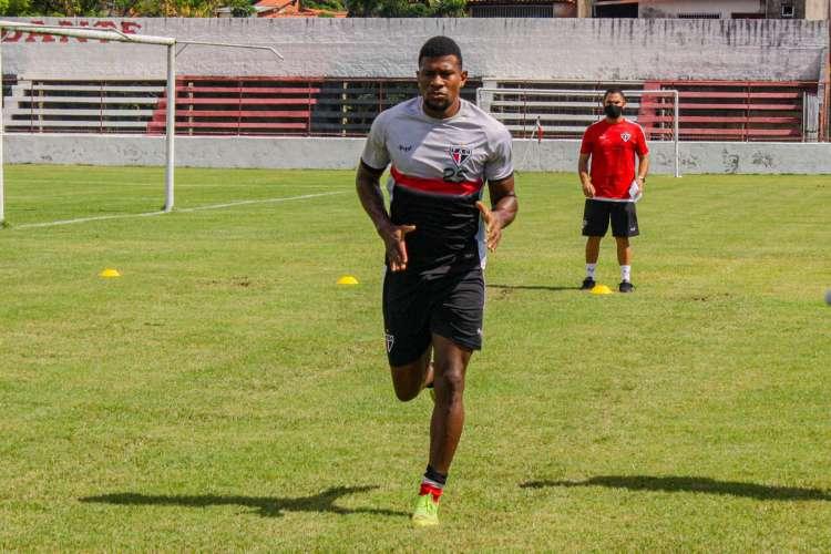 Tendo um jogo a mais, Ferrão acredita que deve ter ainda de 10 a 15 dias de preparação após liberação  (Foto: Lenílson Santos/Ferroviário)
