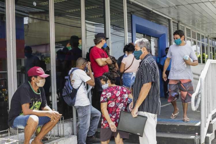 Movimentação em frente a agência da Caixa no Centro de Fortaleza para receber auxílio emergencial (Foto: Thais Mesquita)