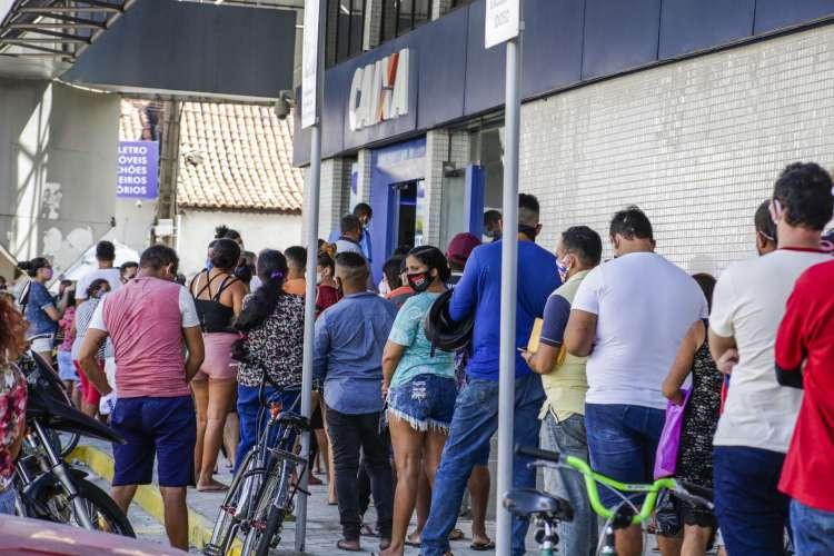 Movimentação na agencia da Av. Francisco Sá  (Foto: Thais Mesquita)