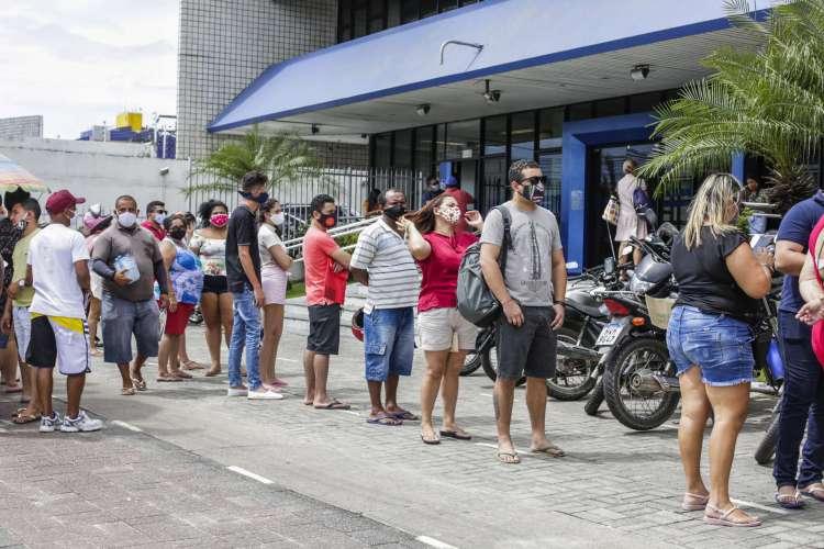 FORTALEZA, CE, BRASIL, 29.06.2020: Fila para resgate emergencial do FGTS em frente à Caixa Econômica da avenida Bezerra de Menezes, no dia 29 de junho. (Foto: Thaís Mesquita)