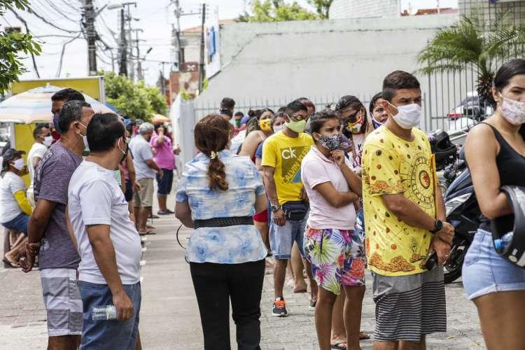 FORTALEZA, CE, BRASIL, 29.06.2020: Fila para resgate do auxílio emergencial na Caixa Econômica Federal (Foto: Thaís Mesquita)